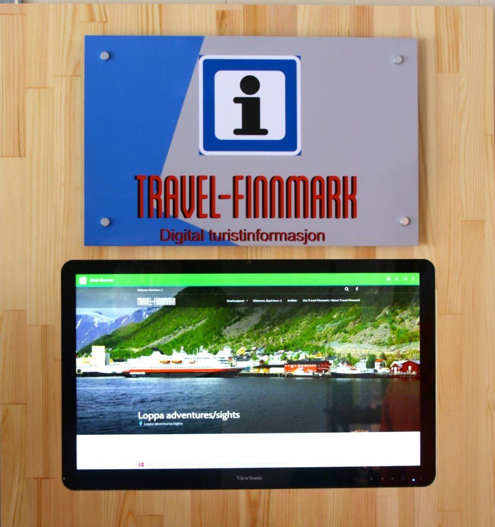 Denne veggterminalen står på turistinfomarsjonen i Øksfjord